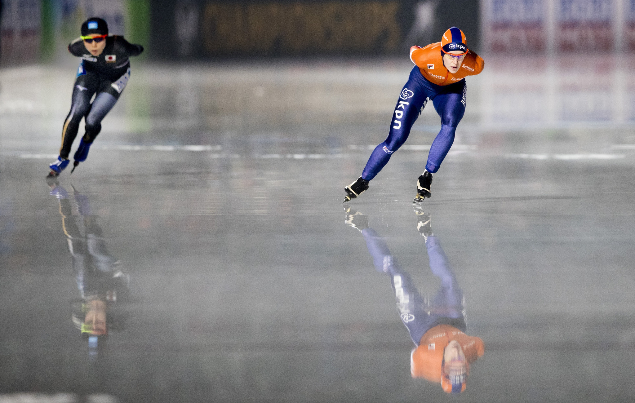 Miho Takagi, left, beat her Dutch rival  Ireen Wüst, right, to become the first Japanese or Asian to win the ISU World Allround Speed Skating Championships ©Getty Images