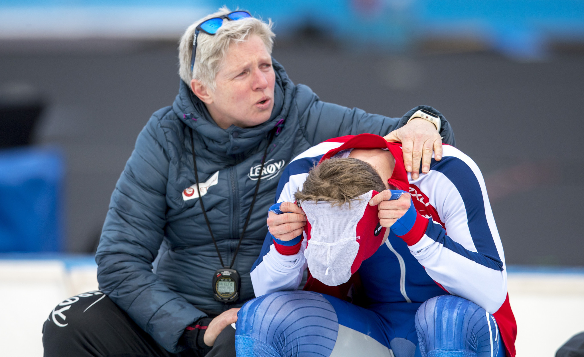 Sverre Lunde Pedersen is consoled after his fall had cost him the opportunity of becoming first Norwegian to win the World Allround Speed Skating champion for 24 years ©Getty Images