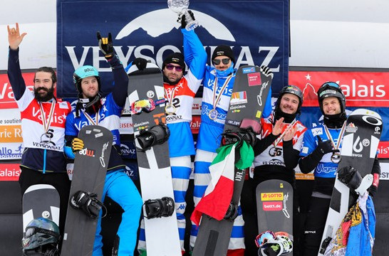 Winners in the men's team snowboard cross line up at the FIS World Cup in Veysonnaz ©FIS