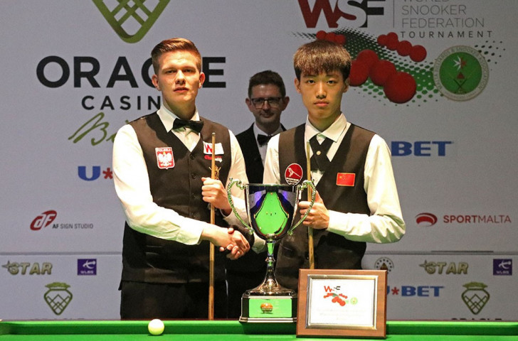 Adam Stefanów, left, and Luo Honghao line-up before the final at the inaugural WSF World Championship in Malta ©WSF