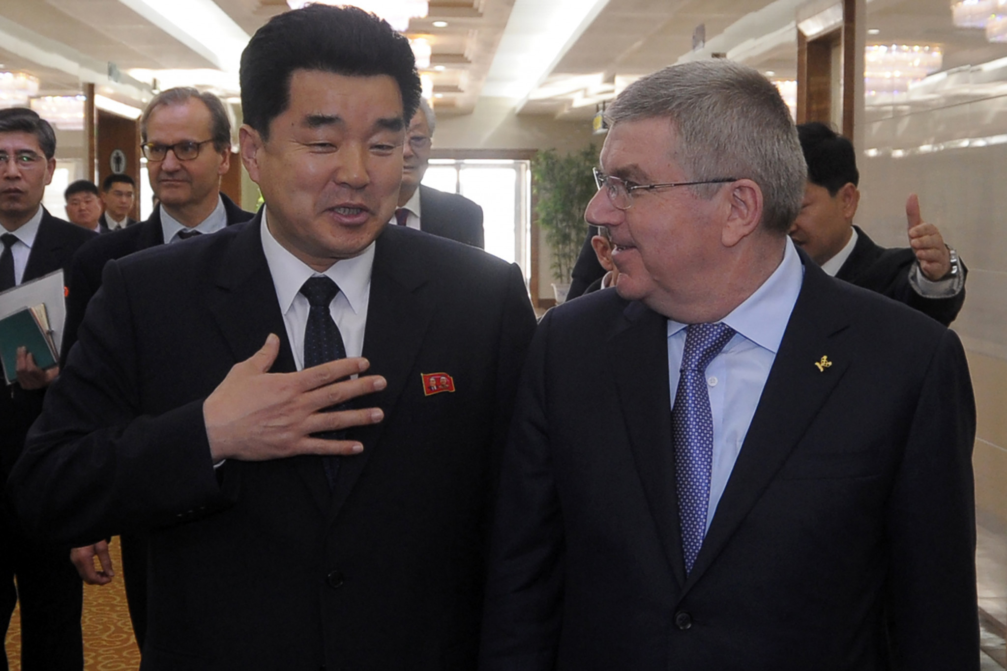 Thomas Bach speaks with Kim Il Guk, North Korea's Minister of Physical Culture and Sports, in Pyongyang today ©Getty Images