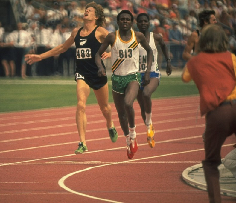 Tanzania's Filbert Bayi holds off New Zealand's John Walker to win the Commonwealth Games 1,500m in a world record time at Christchurch 1974 ©Getty Images