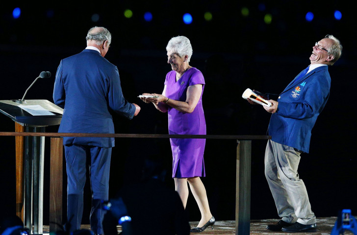 Peter Beattie, chairman of Gold Coast 2018, sees the funny side as CGF President Louise Martin is finally able to free the Queen's message for the waiting Prince Charles during the Commonwealth Games Opening Ceremony ©Getty Images