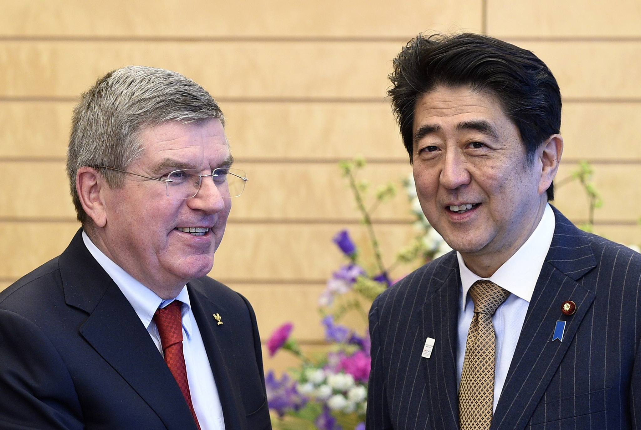 Thomas Bach, left, meeting with Shinzo Abe in 2015 ©Getty Images