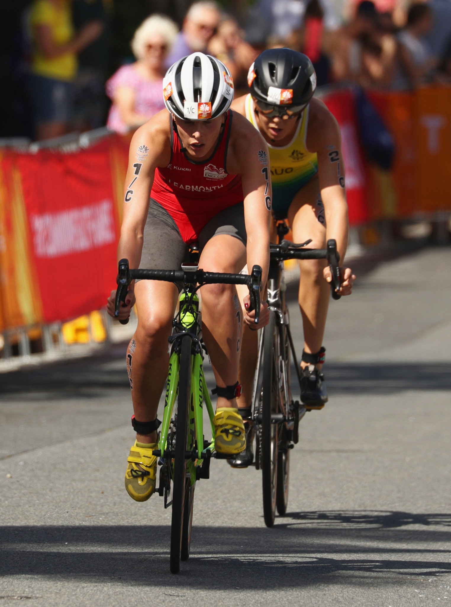 The battle between Jessica Learmonth of England and Ashleigh Gentle of Australia on leg three proved key ©Getty Images
