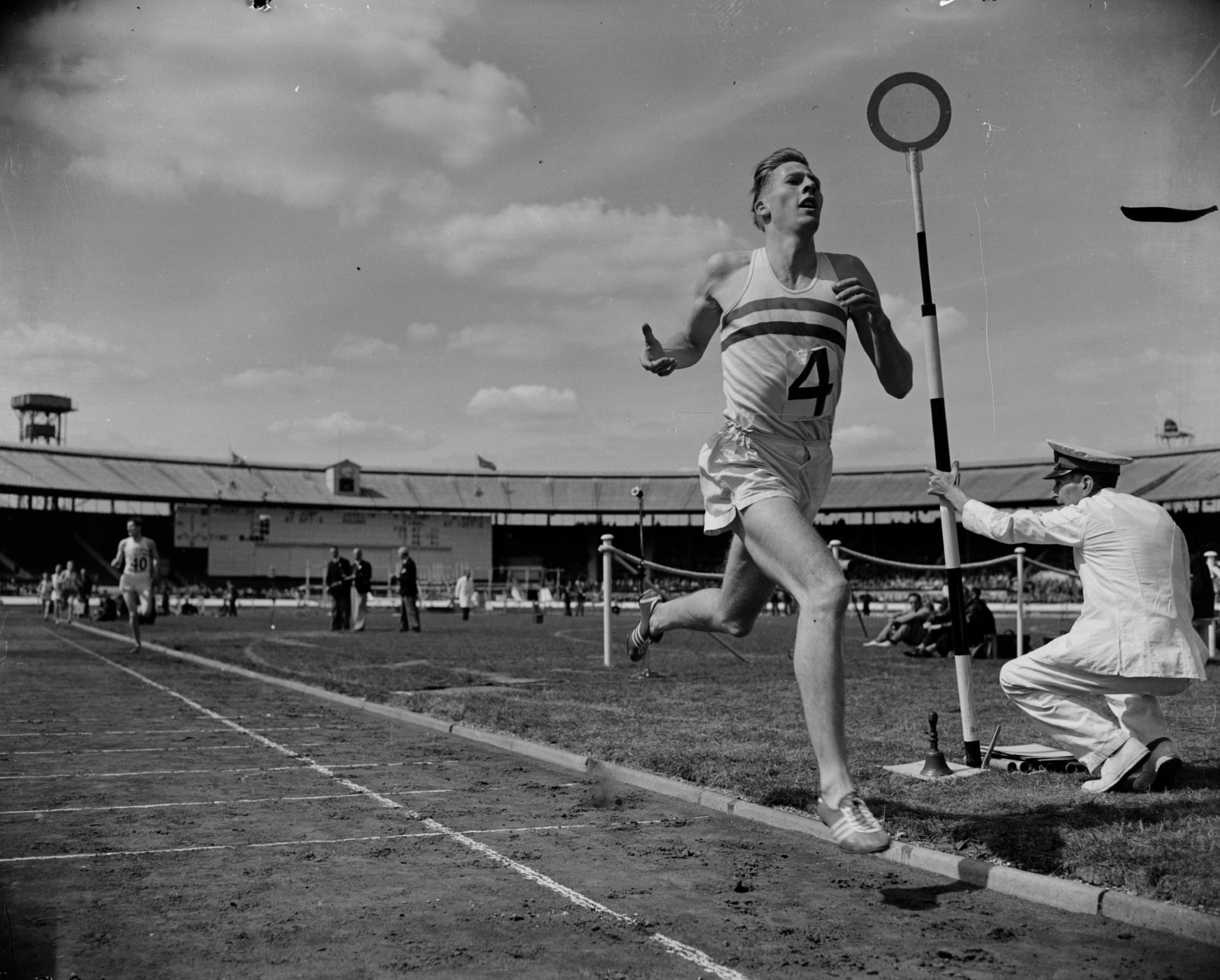 Sir Roger Bannister remains the most famous mile runner  ©Getty Images