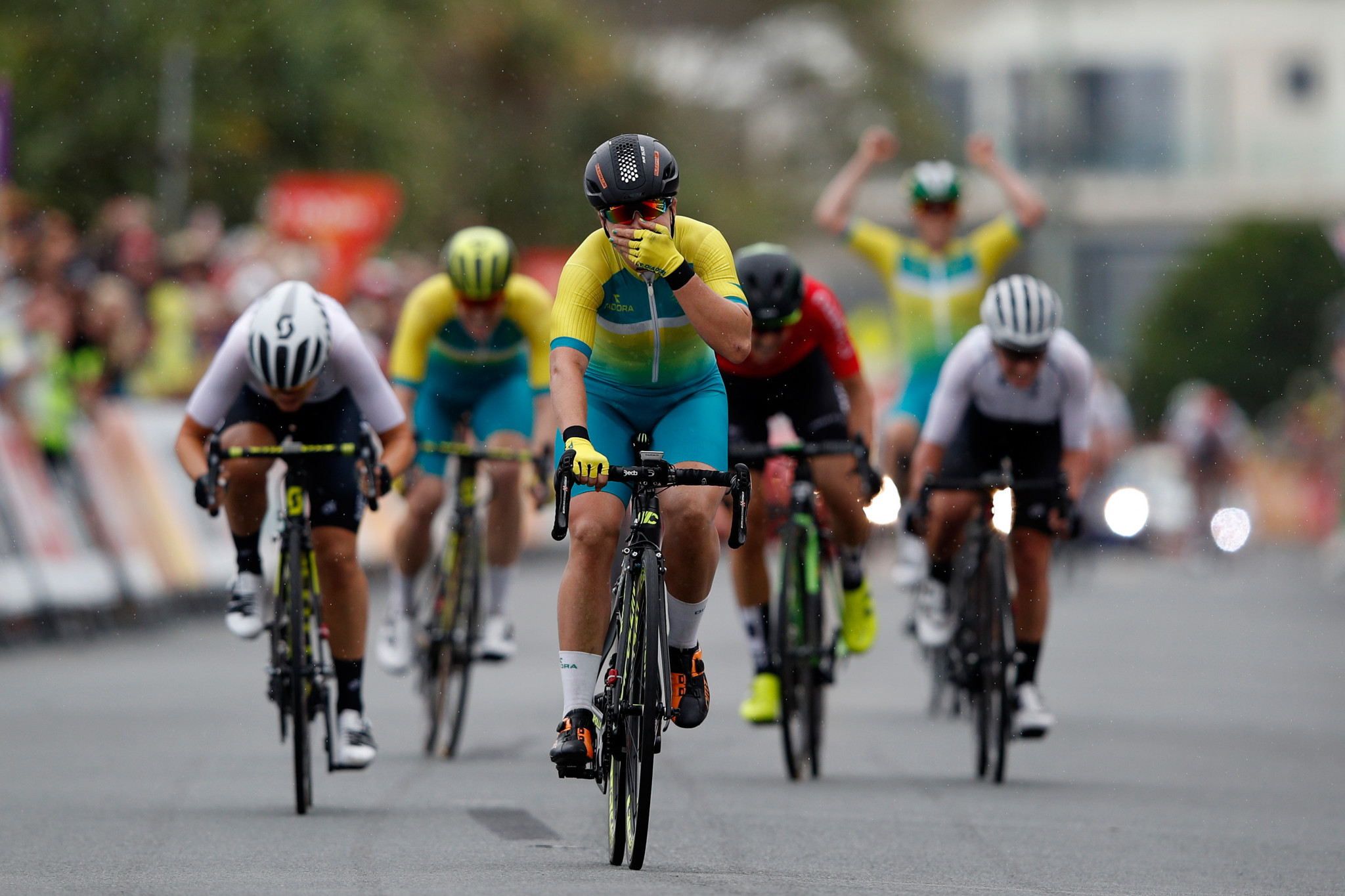 Hosking justifies favourite tag by sprinting to road race gold at Gold Coast 2018
