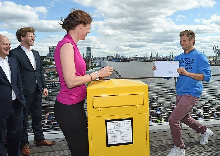 IOC Athletes' Commission chair Claudia Bokel posting the application to the IOC in a special postbox in Hamburg ©Hamburg 2024