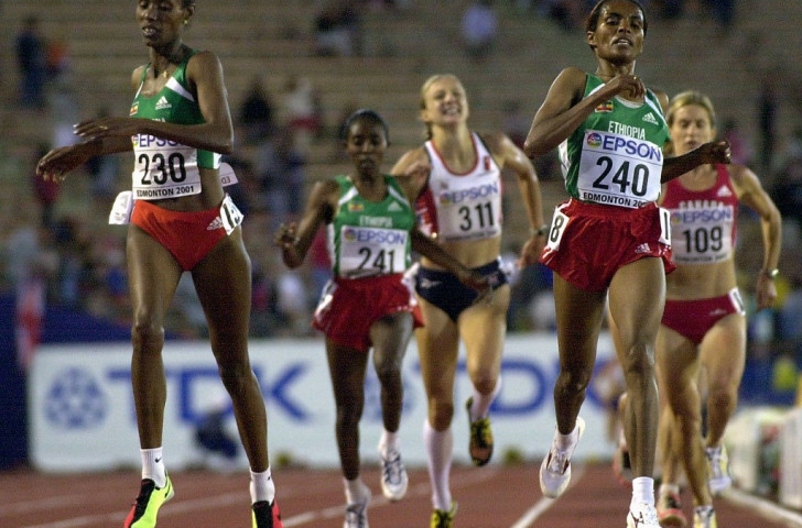 An agonised Radcliffe misses out on a medal at the 2001 IAAF World Championships in Edmonton as an Ethiopian trio headed by Derartu Tulu take the 10,000m medals. It was a pattern which repeated itself on the track many times before she found succes on the roads ©Getty Images
