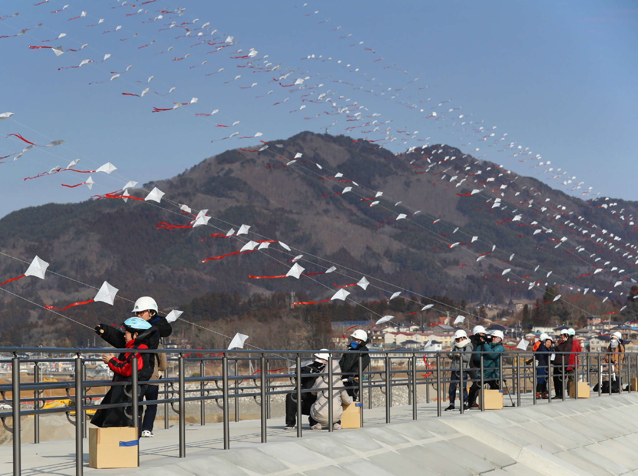 Residents of Rikuzentakata in Iwate fly kites with numbers of the city's victims in the 2011 tsunami and earthquake disaster ©Getty Images