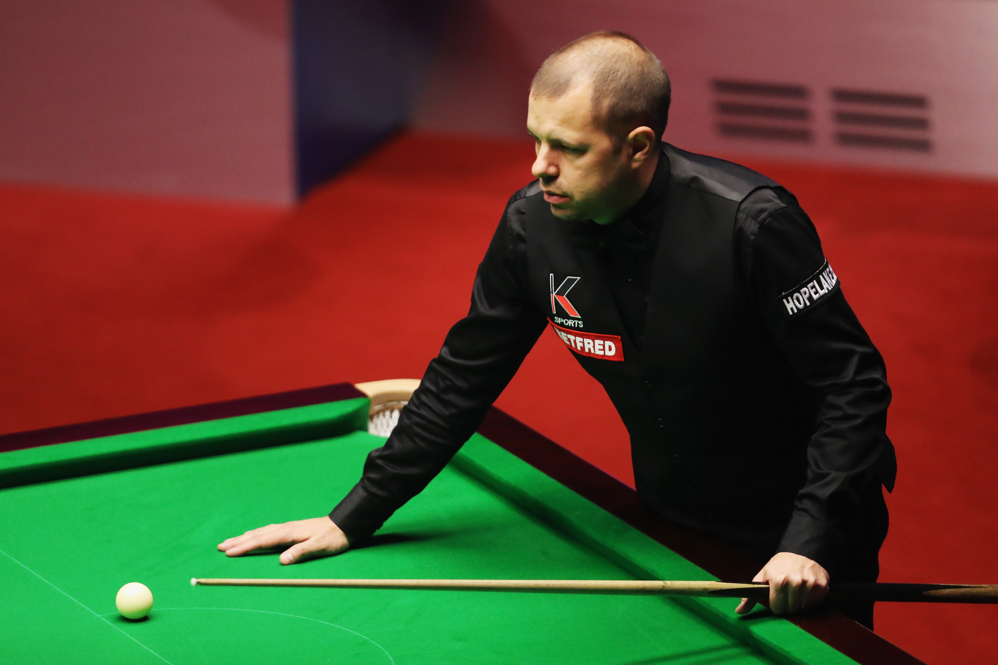 England'sBarry Hawkins will have a two frame lead over Wales' Mark Williams going into tomorrow in their semi-final of the World Snooker Championship in Sheffield ©Getty Images