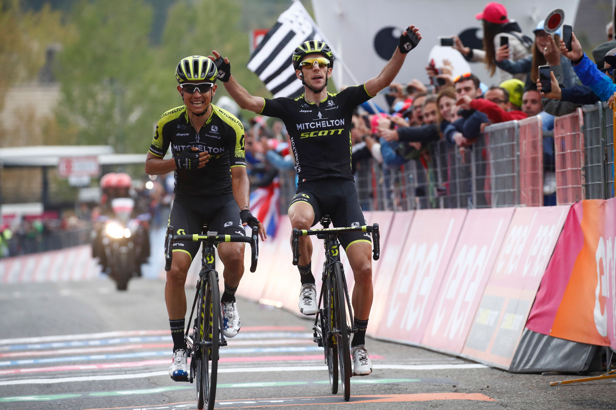Simon Yates wins stage nine to extend lead as Chris Froome fades