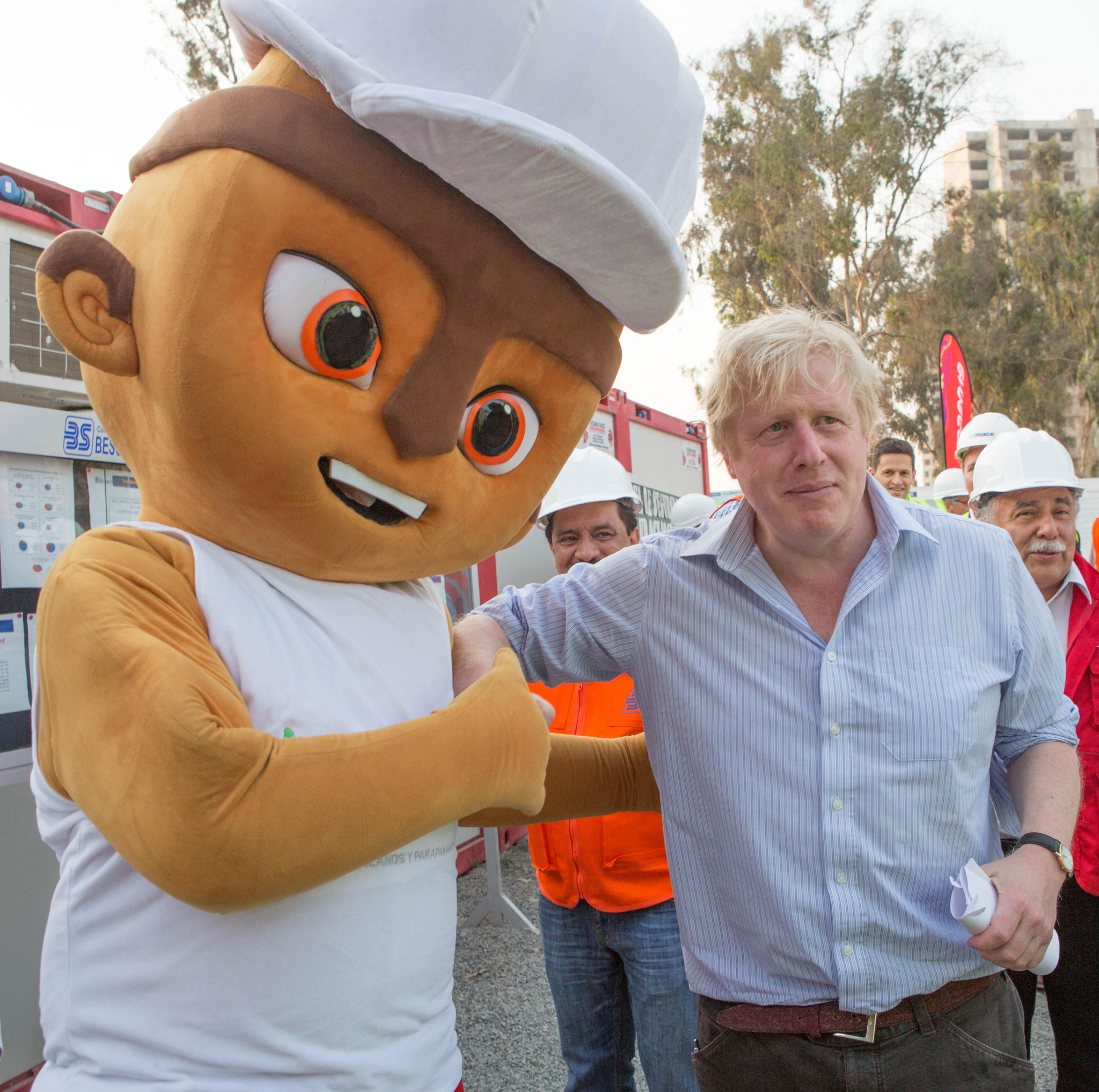 Boris Johnson with the Lima 2019 mascot ©Lima 2019