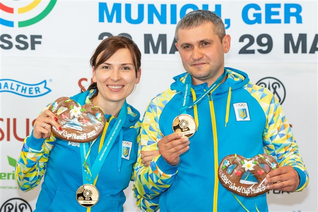 Ukraine's Olena Kostevych and Oleh Omelchuk won the 10m air pistol mixed team event ©ISSF