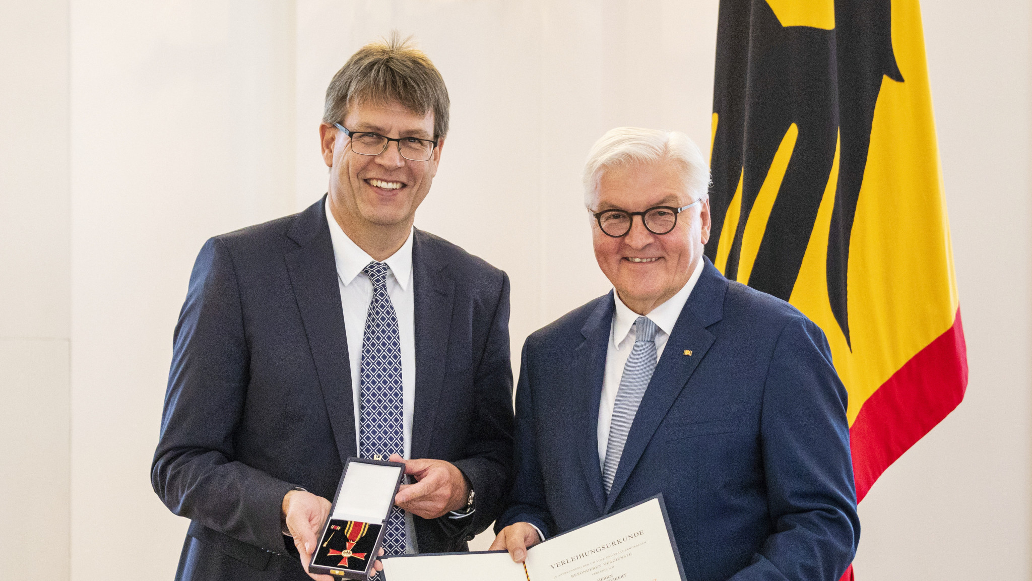 Thomas Weikert, left, received the special award from Frank-Walter Steinmeier ©ITTF