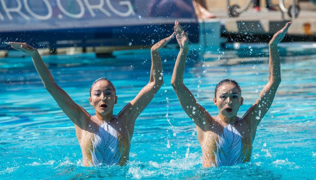 China's Jiang twins, Wenwen and Tingting, won the duet free event at the FINA Artistic Swimming World Series in Los Angeles ©FINA/Liz Corman