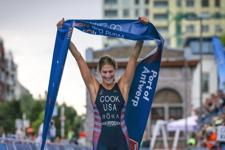 Summer Cook celebrates her comfortable win in Antwerp ©ITU