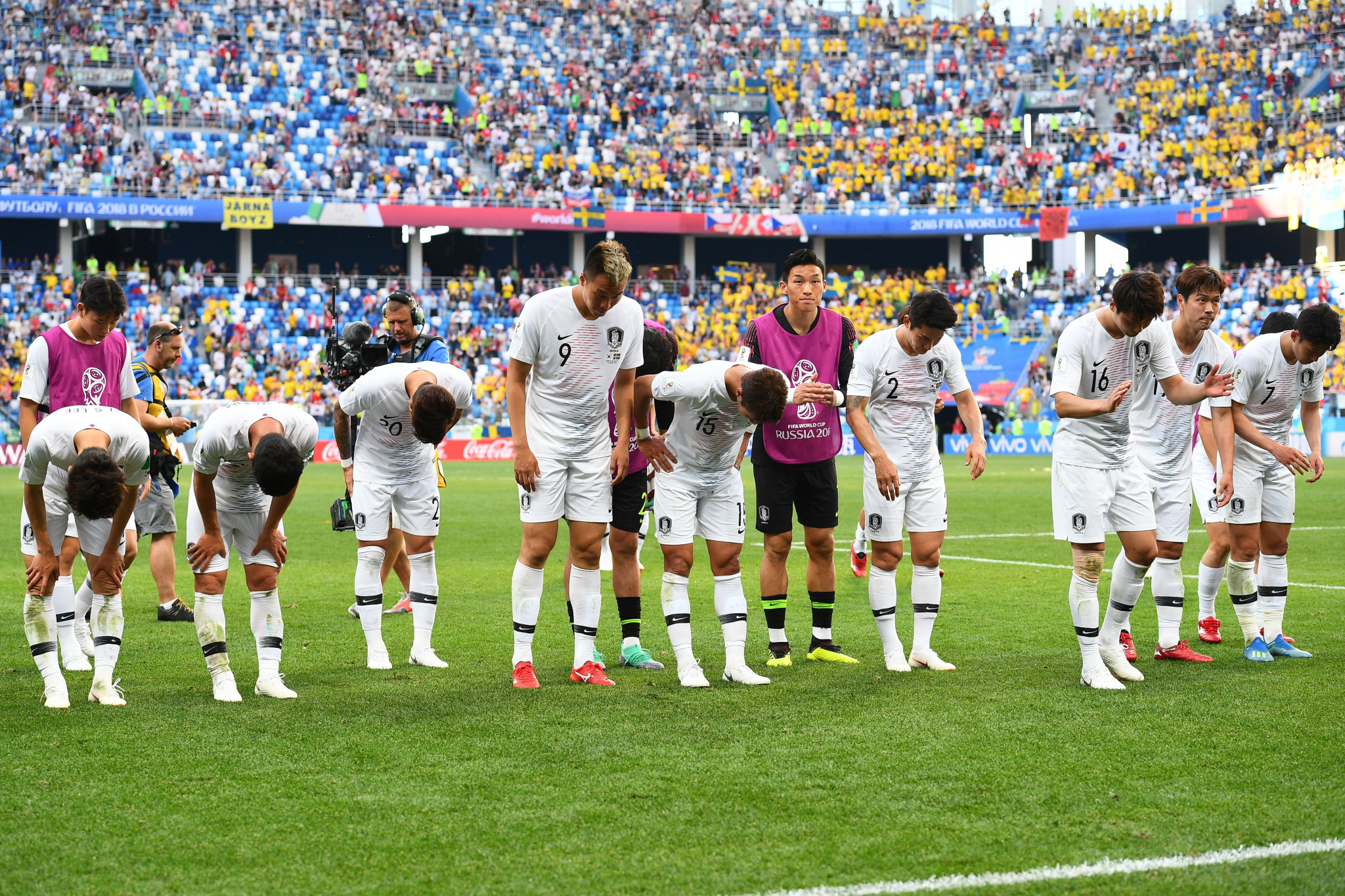 South Korean players bow to fans following their defeat ©Getty Images