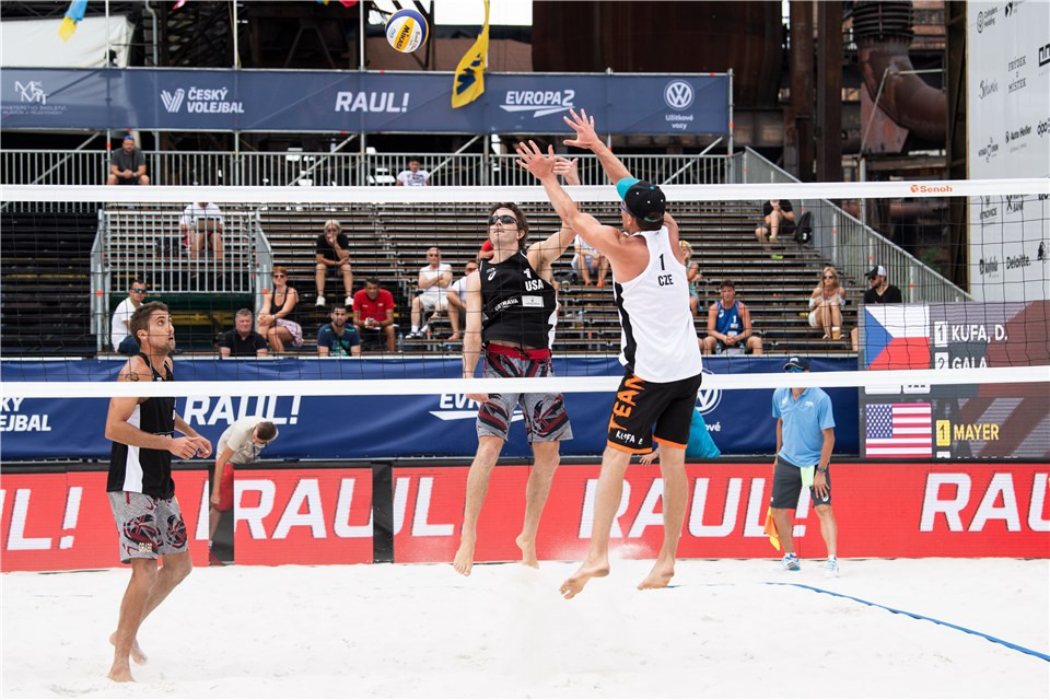 Americans John Mayer and Trevor Crabb won the game of the day in the men's qualiying, beating the Czech pair of David Kufa and Jakub Gala in three sets at the FIVB World Tour event in Ostrava ©FIVB