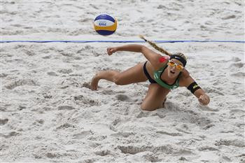 Sara Hughes of the United States in action in Ostrava ©FIVB