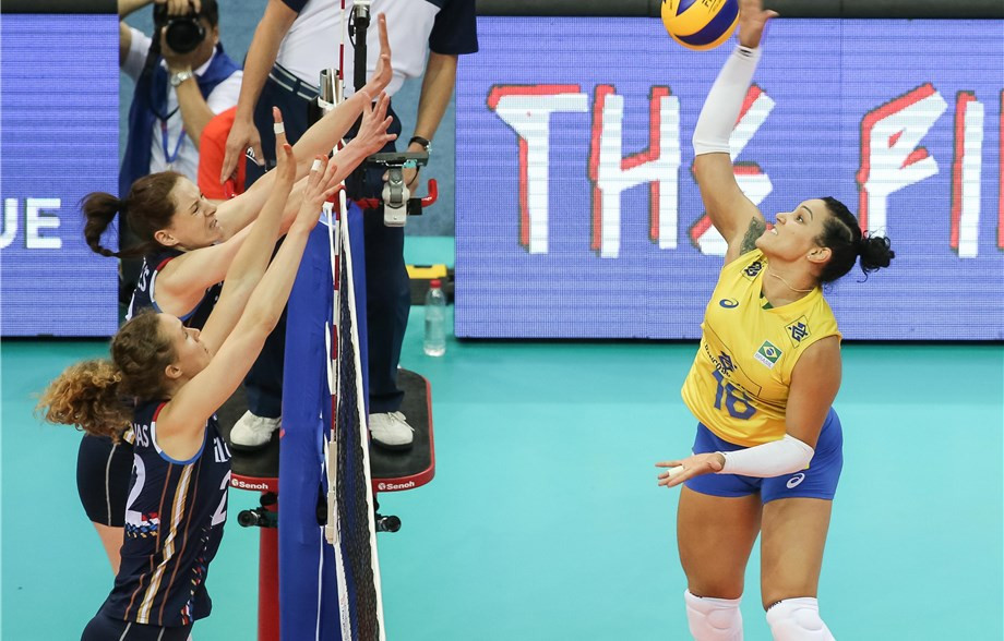 Brazil beat The Netherlands in straight sets in Group A ©FIVB