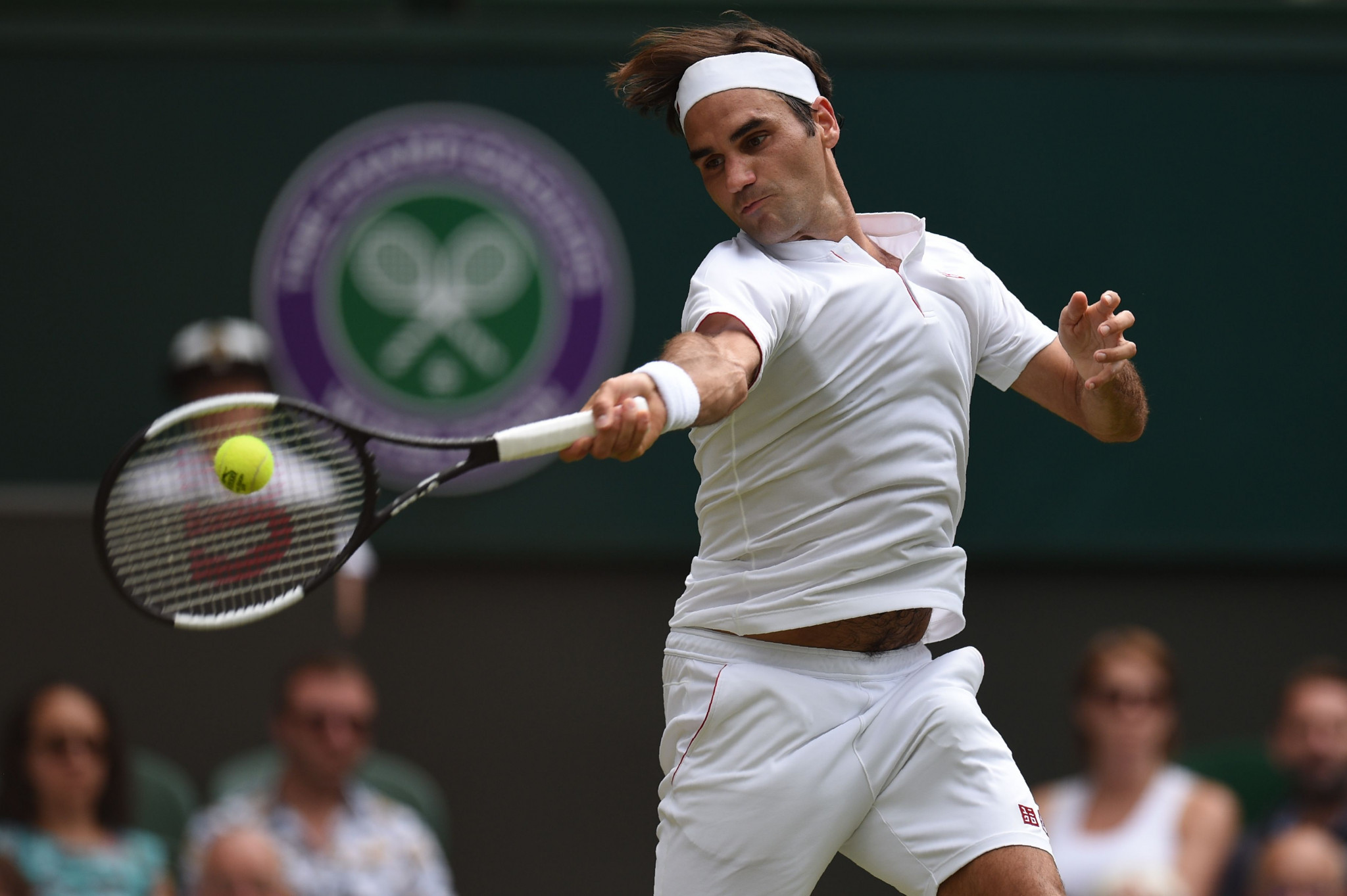 Federer breezes through on manic day at Wimbledon