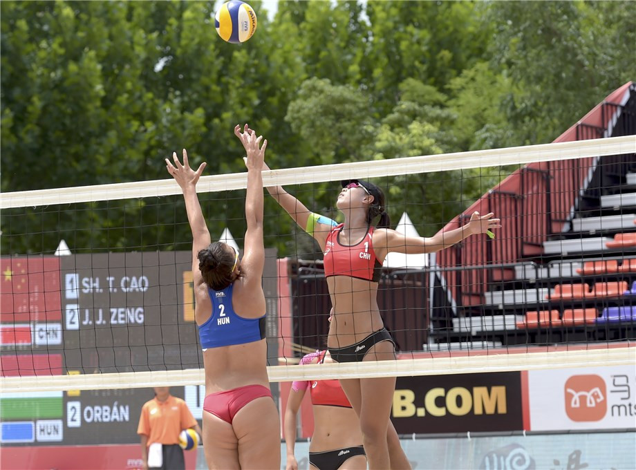Chinese top seeds Cao Shuting and Zeng Jinjin won their opening main draw match in the women's competition at the Beach Volleyball Under-19 World Championships ©FIVB