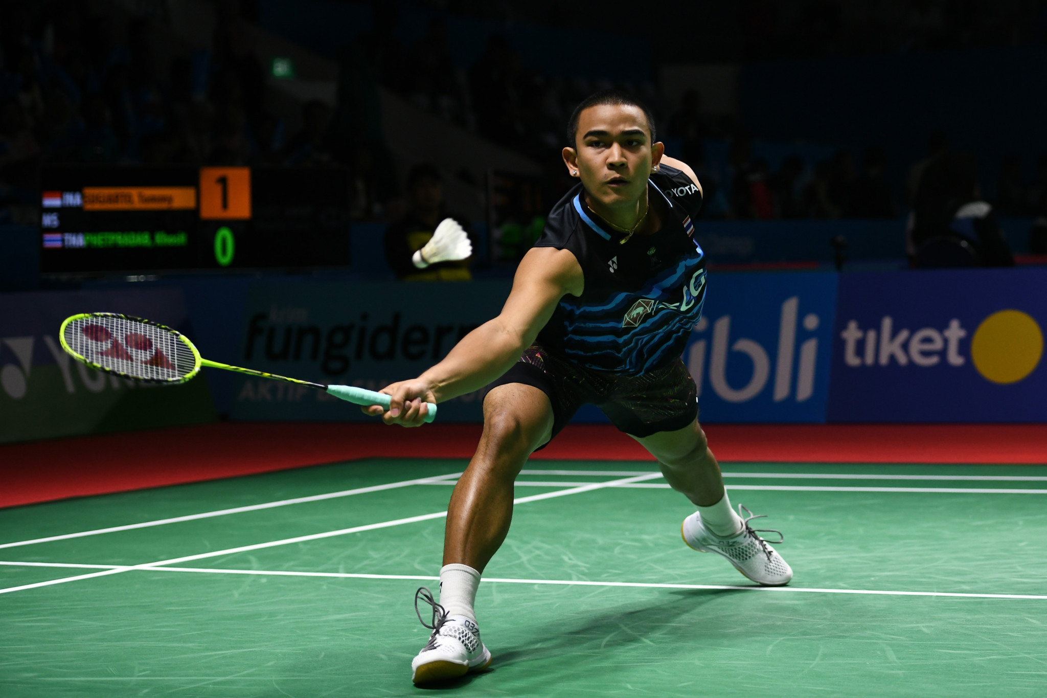Three home players reach last eight of men's draw at BWF Thailand Open