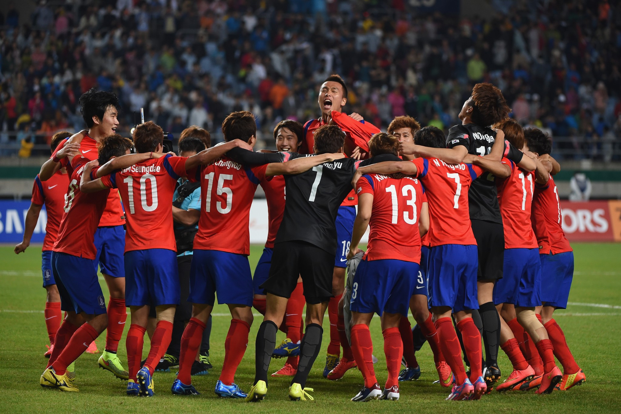 South Korea celebrate winning the Asian Games gold medal in men's football at Incheon 2014 but now will have to find out who they play at this year's tournament at Jakarta Palembang after the AFC ordered a redraw ©Getty Images