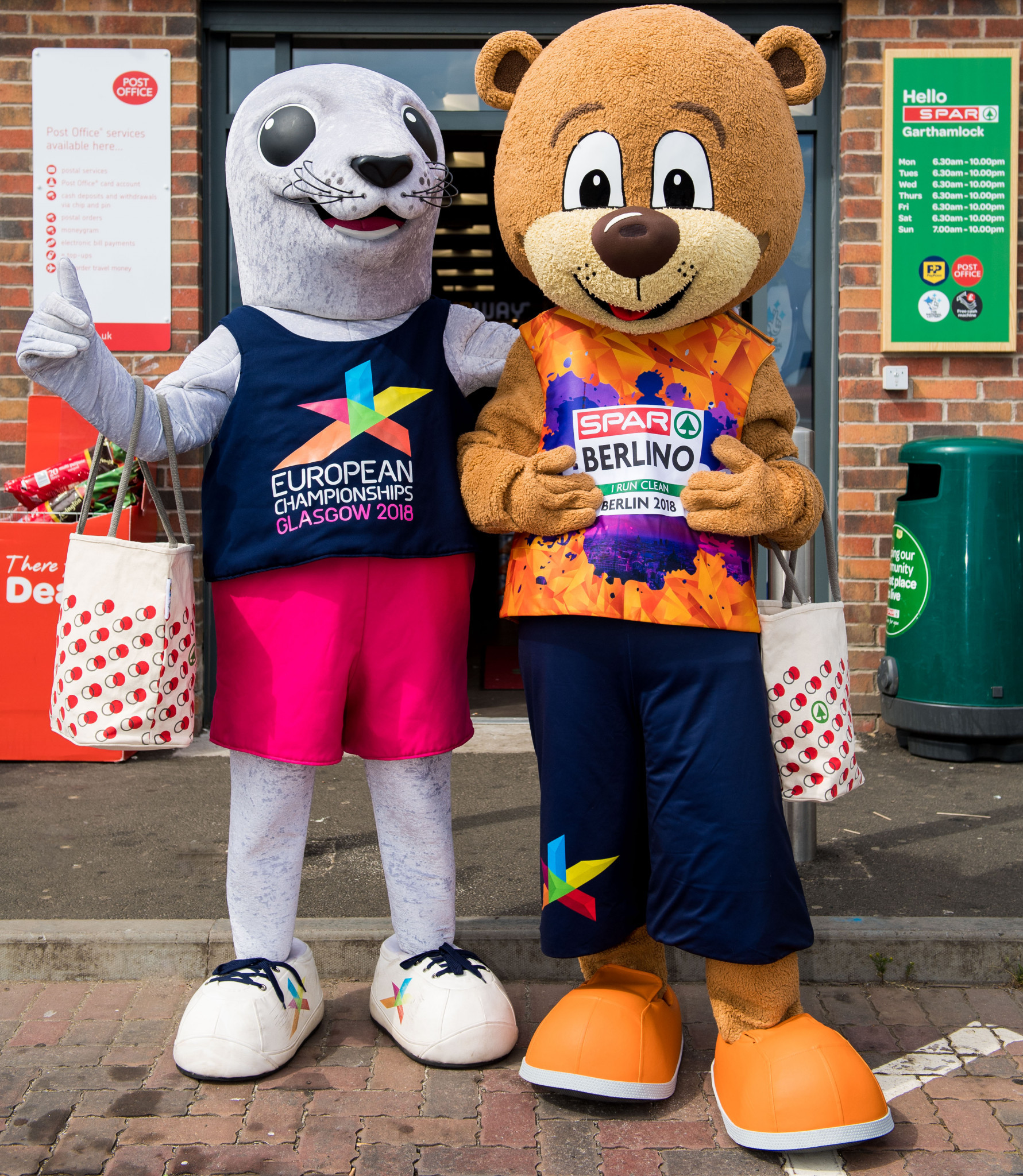 Glasgow and Berlin mascots Bonnie, left, and Berlino, right, visited a SPAR shop in the Scottish city to mark the arrival of the European Championships latest sponsor ©Glasgow 2018