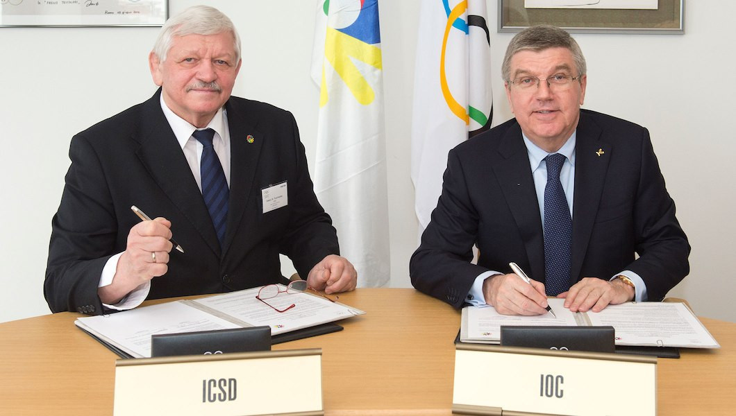 Valery Rukhledev, left, signing a MoU with IOC President Thomas Bach in 2016 ©IOC