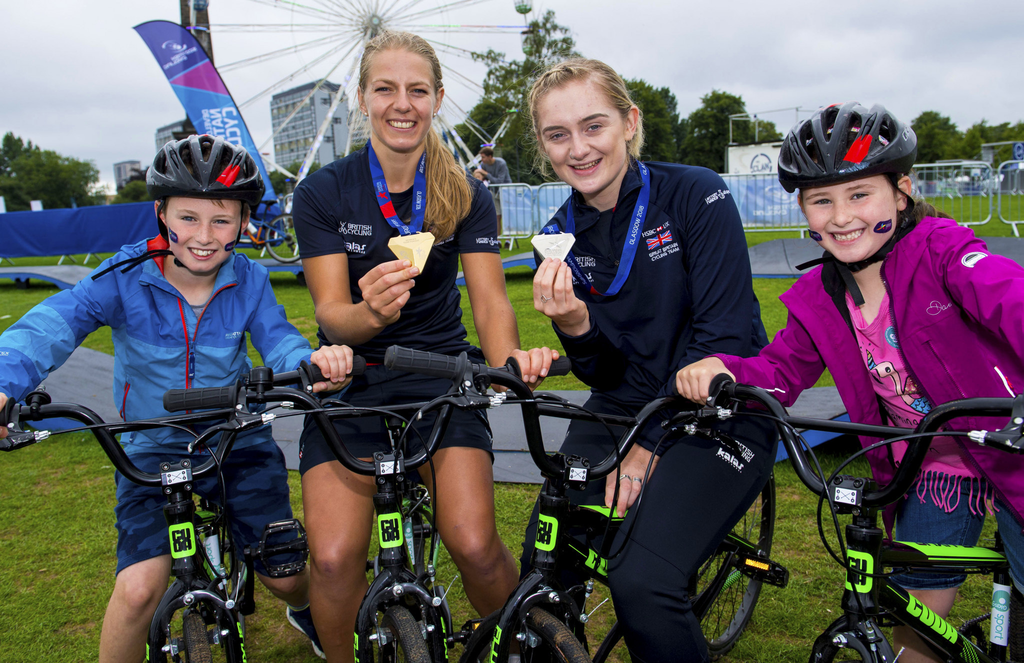 Team pursuit champion Neah Evans and scratch race silver medallist Emily Kay also visited the Green ©Glasgow 2018