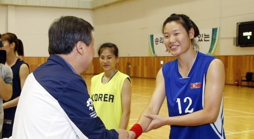 South Korea's Sports Minister Do Jong-whan meets a member of the unified Korean women's basketball camp ©KSOC