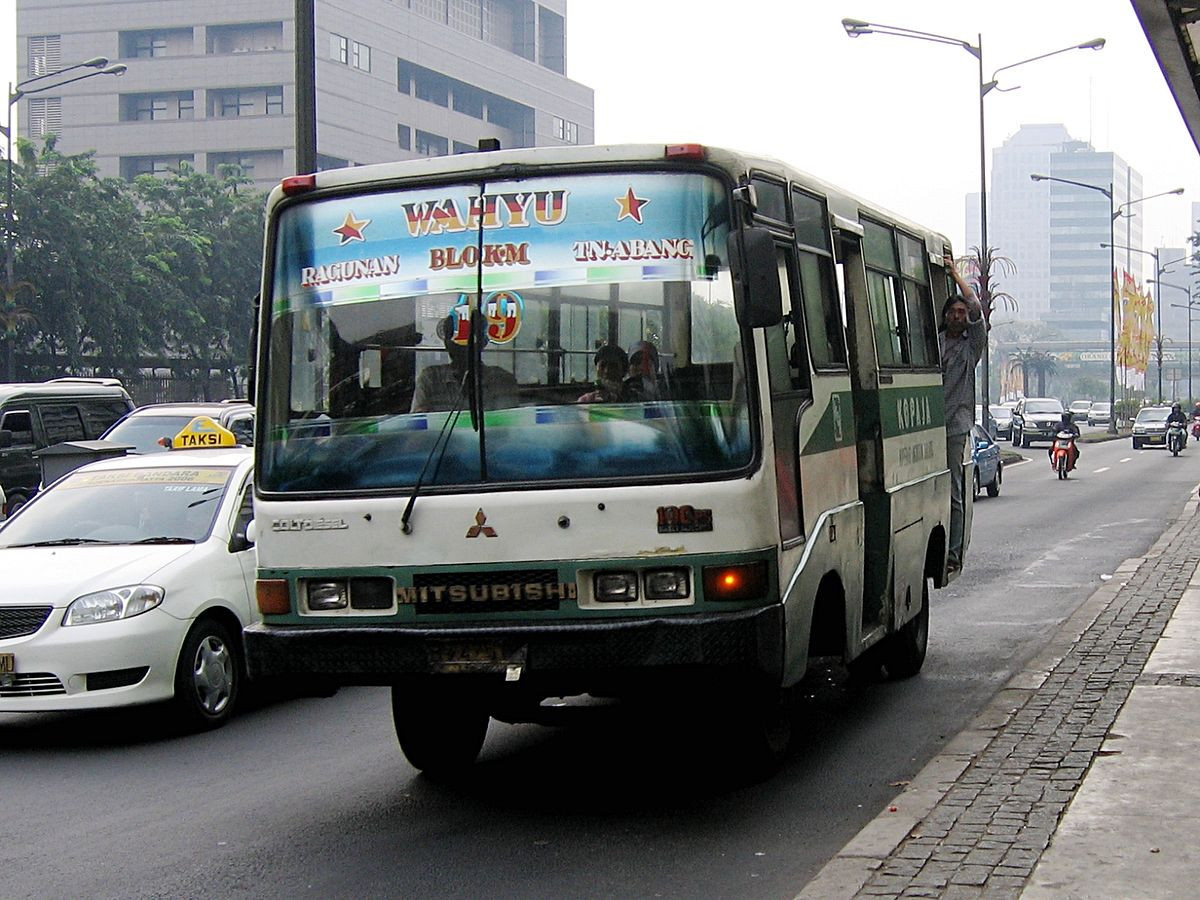 Public mininbuses in Jakarta are notorious for the amount of pollution they generate ©Wikipedia