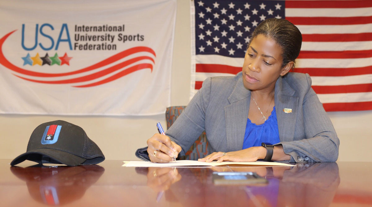 Delise O'Meally, secretary general of the United States' National University Sports Federation, signs the host city agreement ©FISU