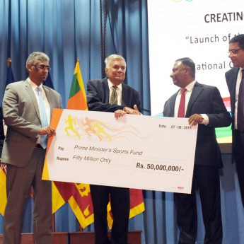 Sri Lankan Prime Minister Ranil Wickremesinghe hands a cheque for Rs. 50 million to the country's National Olympic Committee President Suresh Subramaniam ©National Olympic Committee of Sri Lanka