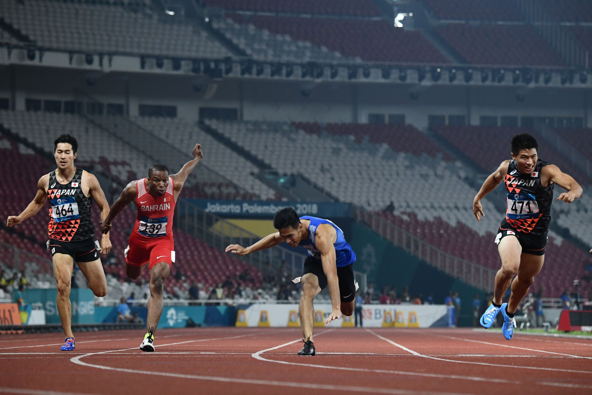 Chunhan Yang, centre, dipped for the line too early in the men's 200m and lost his balance, meaning Yuki Kioke, right, snatched the gold ©Getty Images