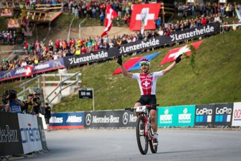 Nino Shurter confirms gold for the Swiss hosts in the team relay, the opening event of the UCI Mountain Bike World Championships in Switzerland ©UCI