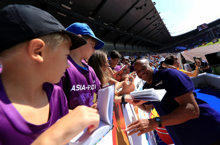Mike Powell, team captain for the victorious Americas at the weekend's IAAF Continental Cup, signs auographs for young fans trackside ©Getty Images