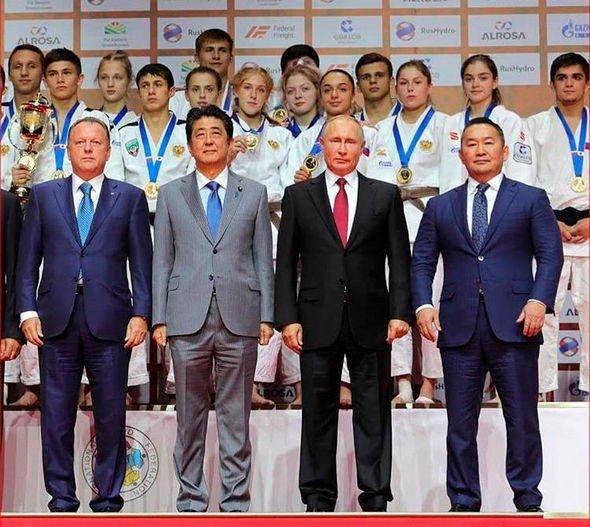 Russian President Vladimir Putin was joined at the tounrament by Japanese Prime Minister Shinzo Abe, centre left, Mongolian President Khaltmaagiin Battulga, right and IJF President Marius Vizer, left ©IJF