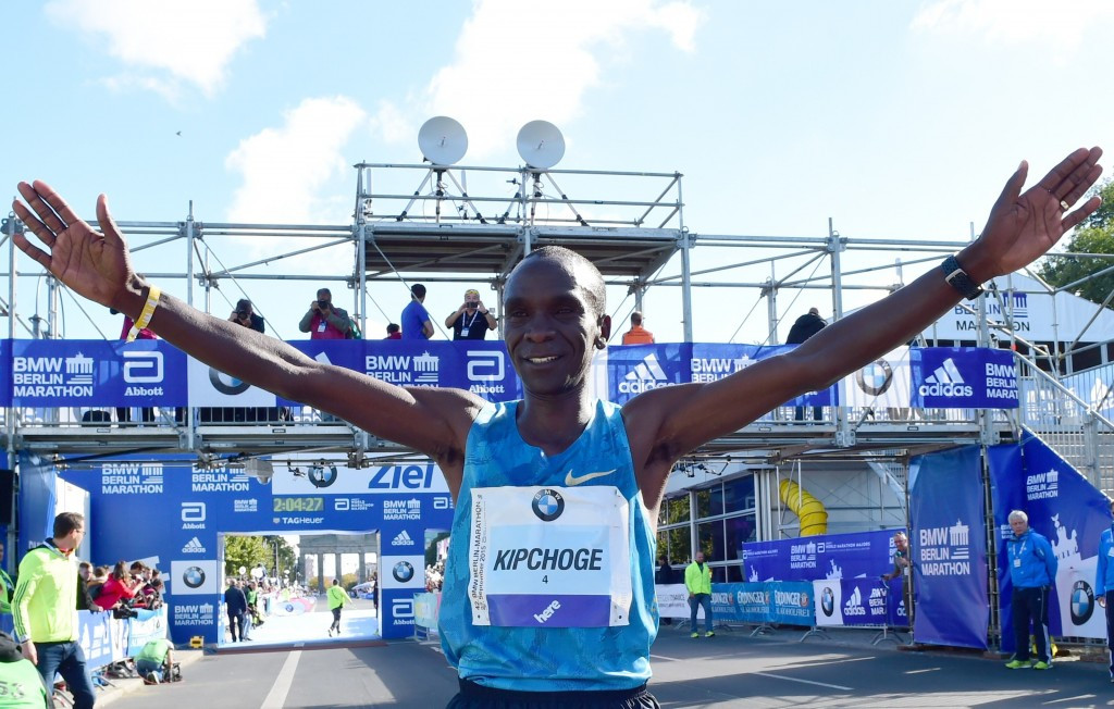 Eliud Kipchoge claimed the men's title despite his footwear causing him problems ©Getty Images