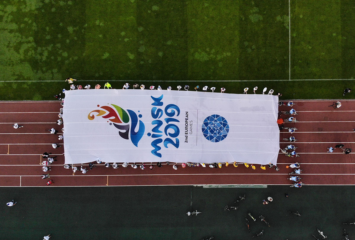 A giant Minsk 2019 flag was unveiled before the start of the race ©Minsk 2019