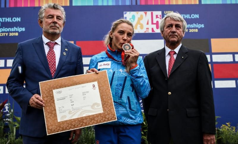 Anastasiya Prokopenko was given her medal by UIPM President Klaus Schormann, right, and UIPM vice-president Joel Bouzou, left, ©UIPM