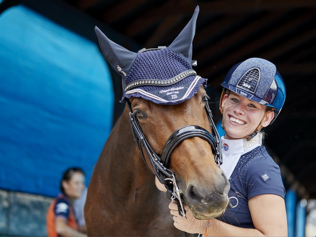 Rixt van der Horst celebrates retaining her para dressage individual title at the FEI World Equestrian Games in Tryon with her new horse, Findsley ©FEI