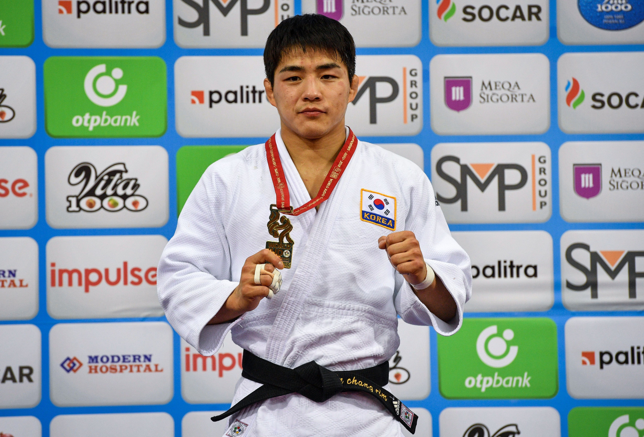 An Changrim poses with his first senior World Championship gold medal after dethroning Hashimoto ©Getty Images
