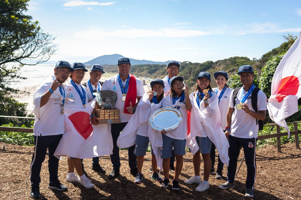Japan celebrated team gold at the World Surfing Games ©ISA
