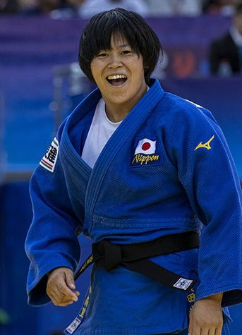 Hamada celebrated with her coach and the crowd as she won Japan's sixth gold ©IJF