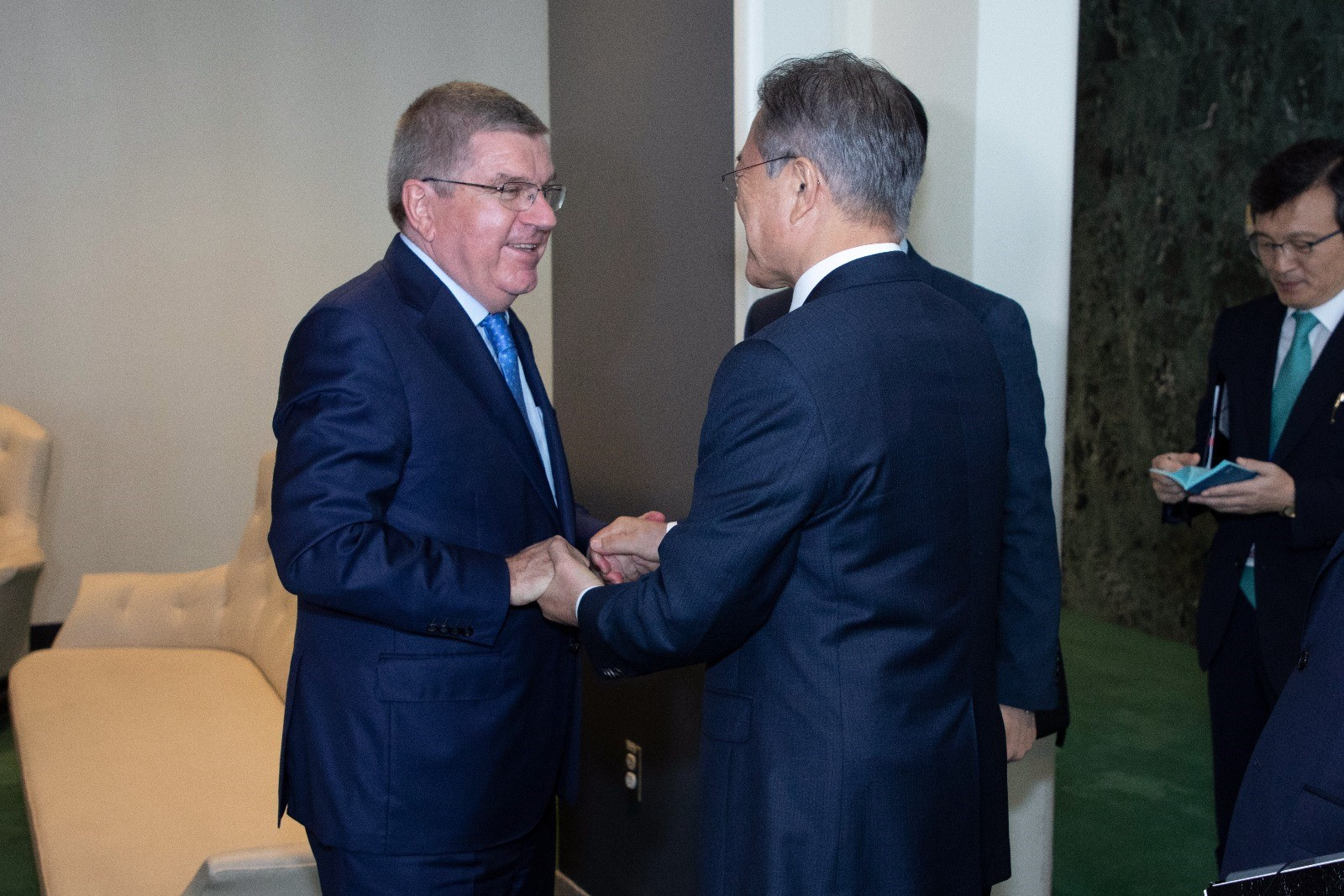 Thomas Bach, left, held talks with Moon Jae-in today ©IOC