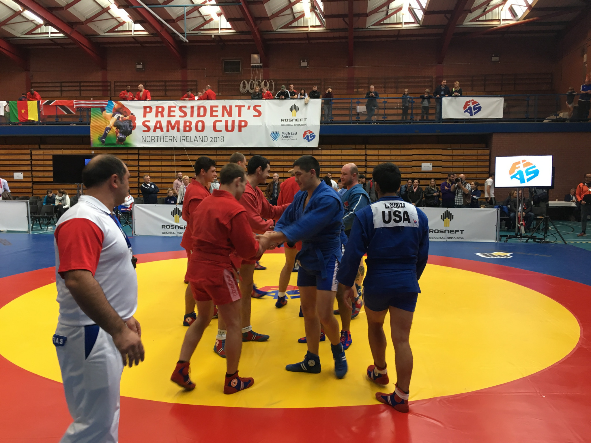The teams from Russia and the United States and Canada congratulated each other after the final ©ITG