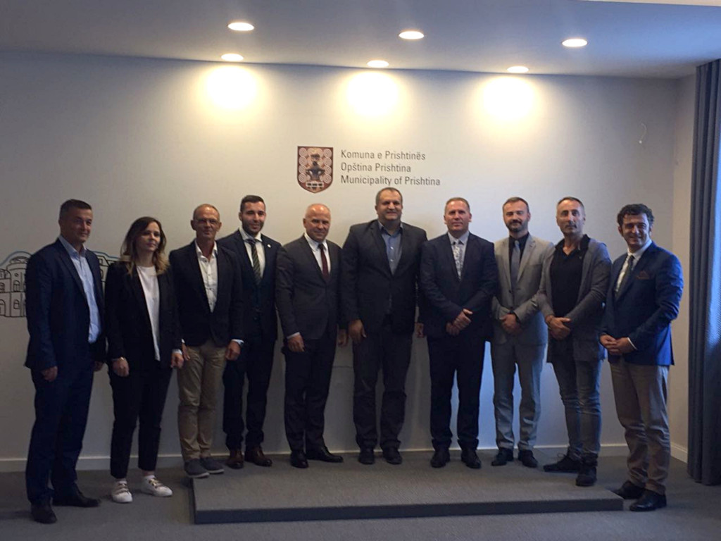 As part of their visit, the delegation from the EUSA met Pristina Mayor Shpend Ahemti, centre ©EUSA